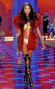 rs_634x1024-141202133136-634.Daniela-Braga-VS-Fashion-Show-120214
